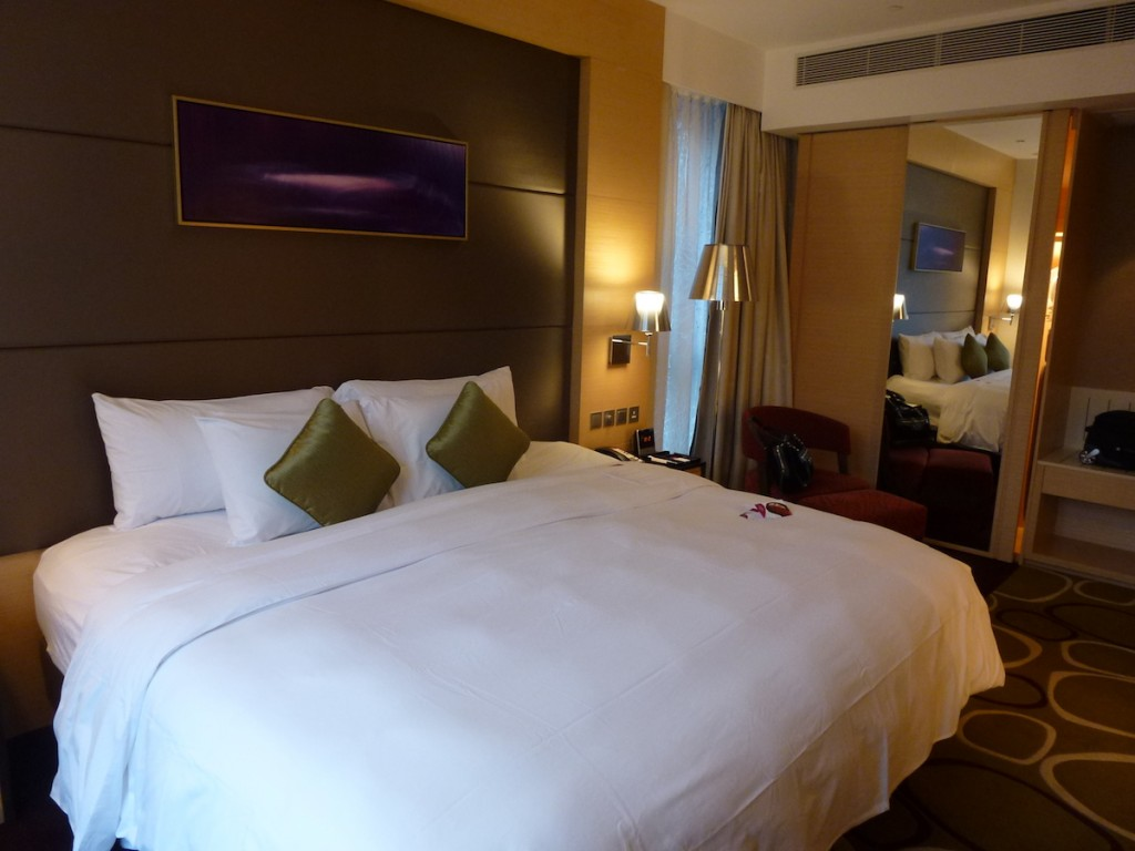 Crowne Plaza Hong-Kong - Racecourse View Room bed