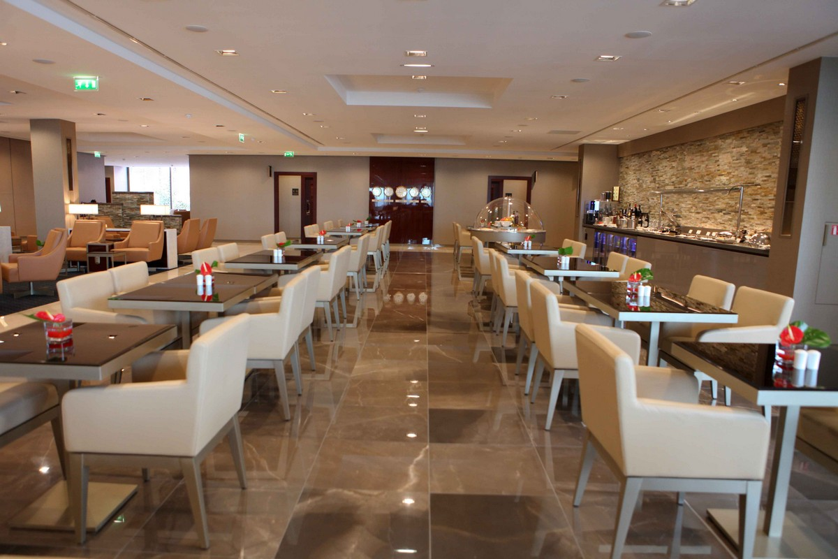 Emirates First and Business Class lounge in Paris